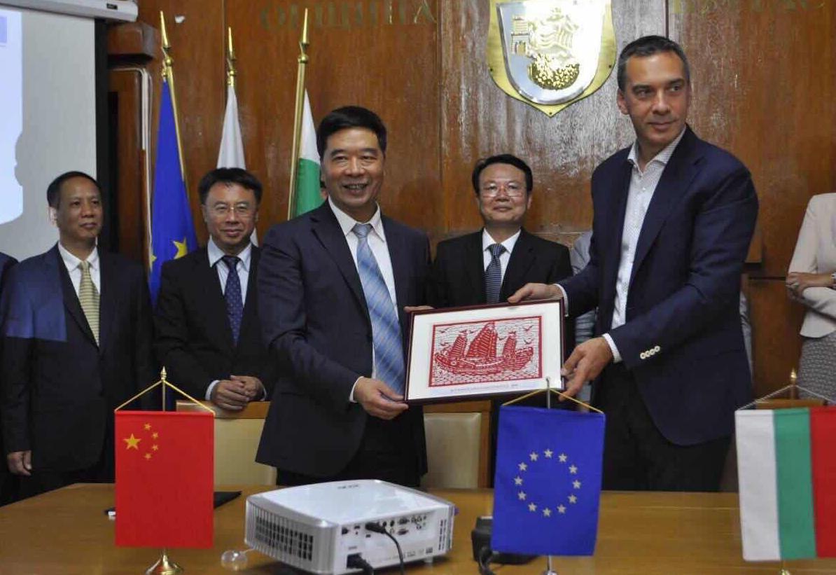 Визита от китайска делегация на среща с Бургаският кмет Димитър Николов